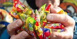 Fritz-Walter-Wetter | Friesenjugend werfen fast 60 kg Bonbons auf die Zuschauer des Schützenumzugs in Hänigsen